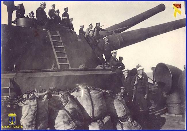 Tobruk carbonamneto quasi completato e cannonieri sulla nave in partenza per Rodi (f.p.g.c. Carlo Di Nitto a www.lavocedelmarinaio.com