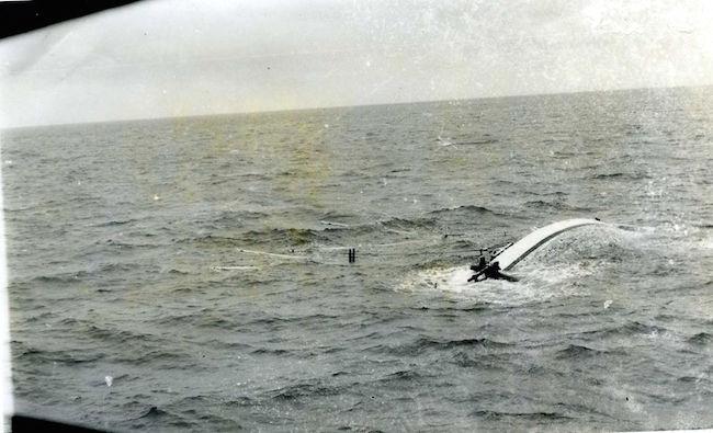 l'ultimo tragico scatto del sampan (f.p.g.c. Nardo Mastroieni a www.lavocedelmarinaio.com