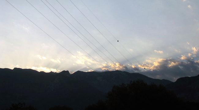 Le montagne e i raggi di sole che sosvrastano il prto fluviale dell'Adige (f.p.g.c. Roberta ammiraglia 88) - www.lavocedelmarinai.com
