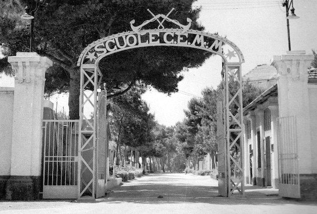 Ingresso scuole sottufficiali Marina Militare di Taranto (f.p.g.c. Mario Veronesi)