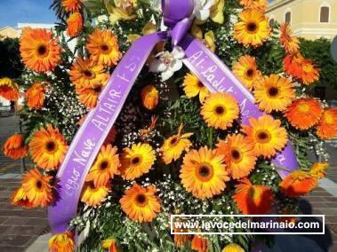 Omaggio floreale dell'equipaggio di nave Altair ai maritimi del Fusina - www.lavocedelmarinaio.com