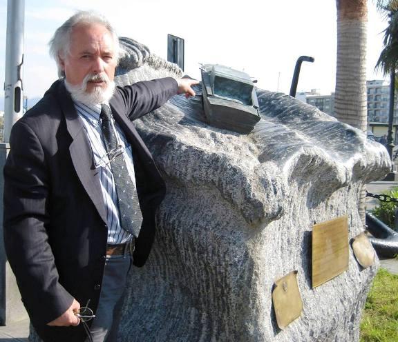 Giuseppe-Messina-a-Milazzo-davanti-al-suo-monumento-dedicato-a-Lugi-Rizzo-www.lavocedelmarinaio.com_