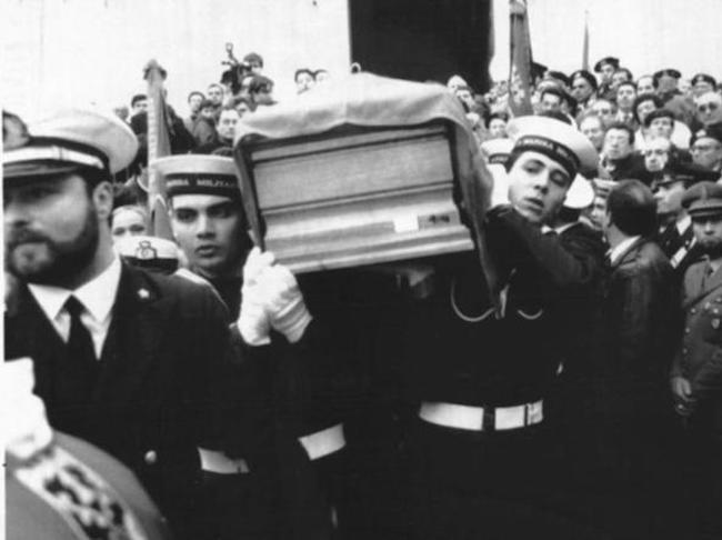 funerali Cosimo Carlino - foto internet - www.lavocedelmarinaio.com