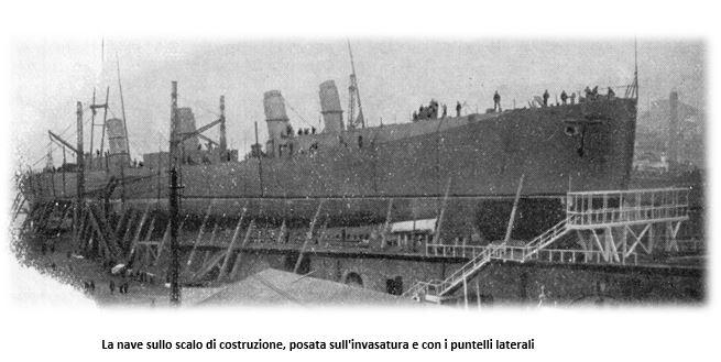 Nave sullo scalo di costruzione, posata sull'invasatura e con i puntellilaterali - www.lavocedelmarinaio.com