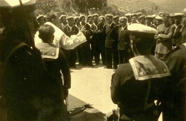 Padre Igino Lega mentre celebra messa per i marinai - foto internet