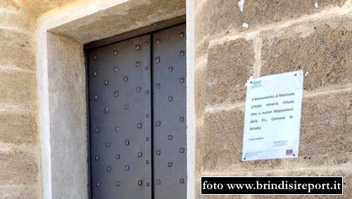 La porta di ingresso del Monumento al Marinaio f.p.g.c. www.brindisireport.it a www.lavocedelmarinaio.com