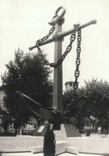 Pisogne (BS) Monumento ai Marinai in ricordo del Sergente meccanico Poni Vittorio - www.lavocedelmarinaio.com