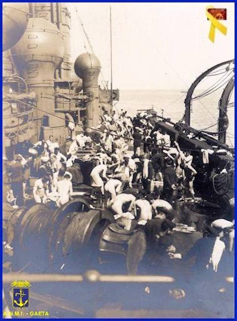 Tobruk marinai del carbonamento si lavano a bordo della nave (f.p.g.c. Carlo Di Nitto a www.lavocedelmarinaio.com