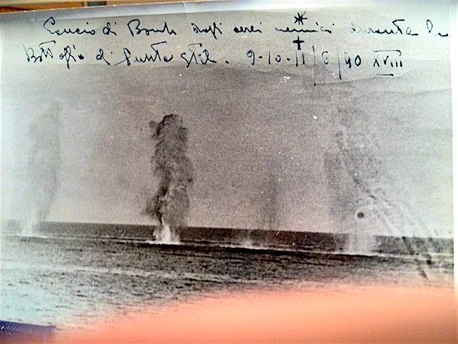 9-11.6.1940 lancio bombe aerei nemici durante la battagia di Punta stilo (foto Giorgio Zenaro) -www.lavocedelmarinaio.com