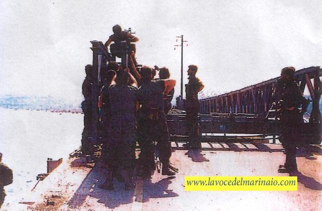Militi impegnati nella sostituzione e costruzione del ponte fra Caprera e La Maddalena - www.lavocedelmarinaio.com