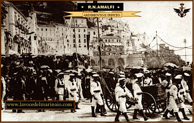 3.8.1913 incrociatore Amalfi consegna della bandiera di combattimento - www.lavocedelmarinaio.com_2