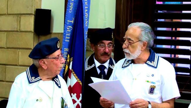 consegna pergamena (f.p.g.c. Giuseppe Magazzù a www.lavocedelmarinaio.com)