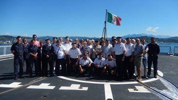 foto ricordo della visita a bordo di Nave Margottini - www.lavocedelmarinaio.com