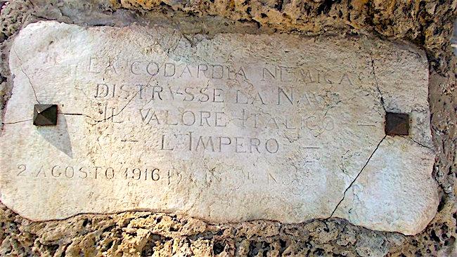 epigrafe-sotto-la-statua-di-leonardo-da-vinci-a-taranto-f-p-g-c-giovanni-greco-a-www-lavocedelmarinaio-com