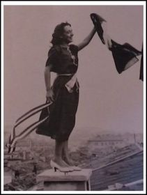 una-donna-festeggia-il-ritorno-di-trieste-allitalia-www-triesteitaliana-it