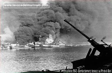 2-12-1943-bombardamento-tedesco-sul-porto-di-bari-www-lavocedelmarinaio-com-copia