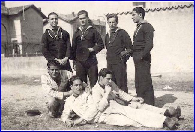 osvaldo-uttaro-con-altri-marinai-f-p-g-c-carlo-di-nitto-per-www-lavocedelmarinaio-com-copia