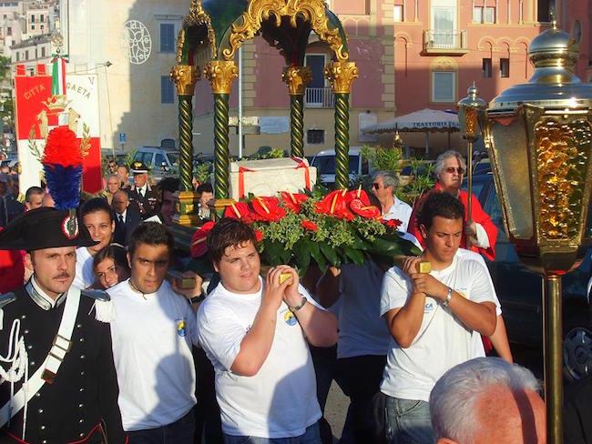 3-lurna-con-le-spoglie-di-santerasmo-portata-in-processione-dagli-studenti-dellistituto-nautico