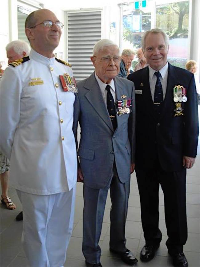 Al centro della foto George Edward Hunt (4 luglio 1916 - 16 Aug 2011) DSC, DSO, RN, Comandante del HMS Ultor (P53)