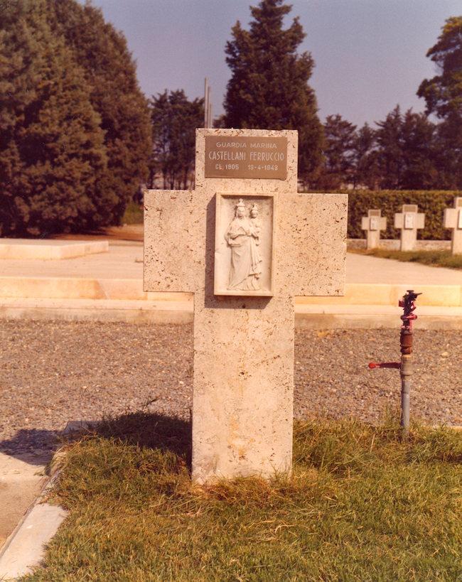 Tomba del Guardiamarina Ferruccio Castellani nel cimitero San Michele di Cagliari f.p.g.c. a www.lavocedelmarinaio.com